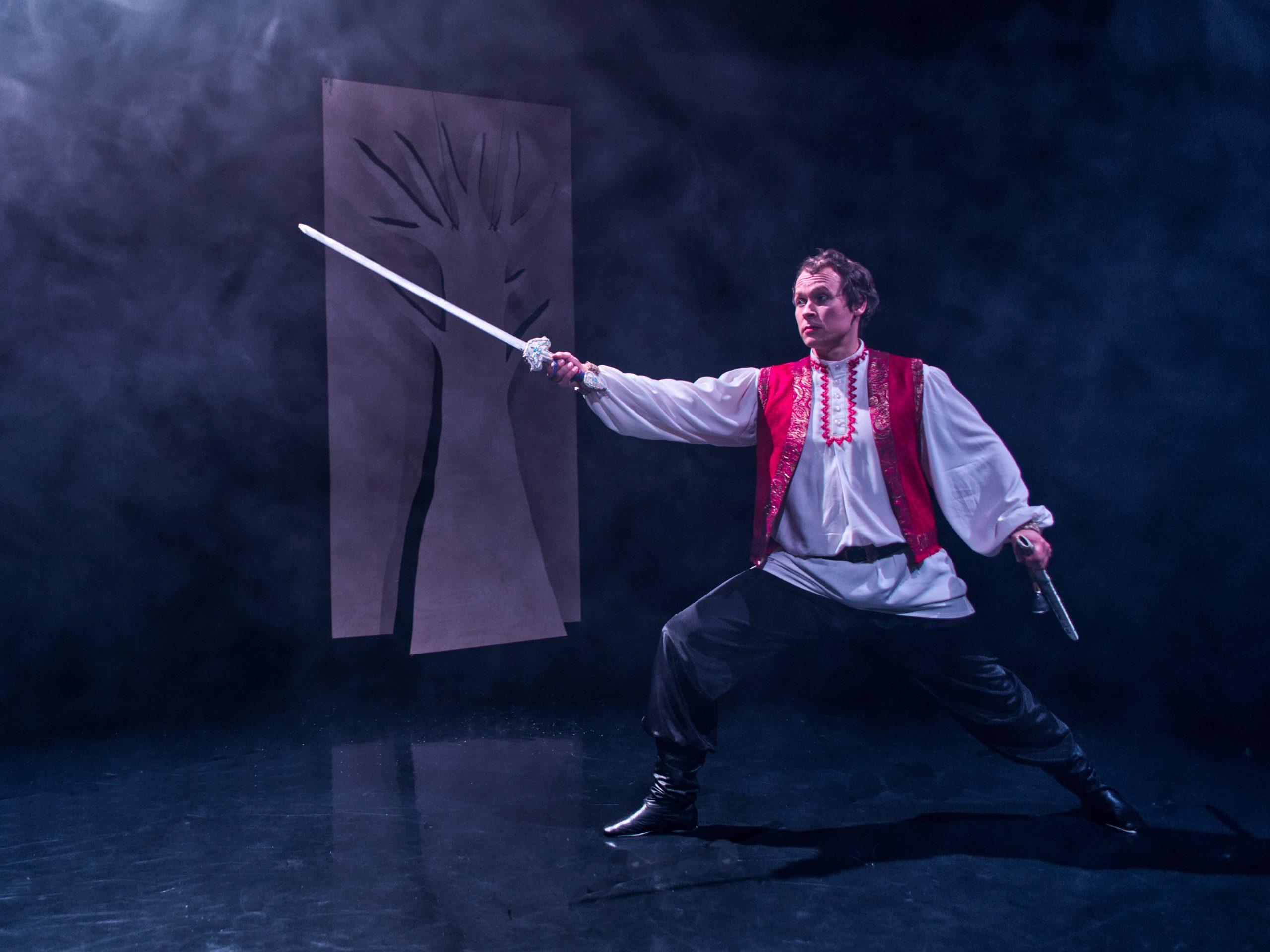 Tsaarinpoika ojentaa kättään kädessään miekka